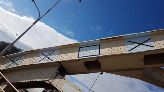 De Waalbrug met  vier verschillende grijstinten die afgelopen weken zijn beoordeeld.  De grijsvlakken met een kruis erdoor zijn het niet geworden.