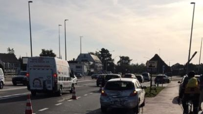 Vrachtwagen rijdt in op personenwagen aan rotonde Siesegemlaan