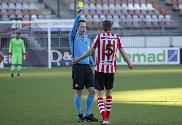 Ingmar Oostrom geeft Spartaan Darwin Heuvelman  de gele kaart.