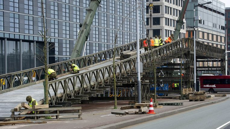 Om de vele belangstellenden voor de Koningsvaart op 30 april veilig naar het Java-eiland te leiden wordt door militairen een voetgangersbrug gebouwd. Beeld anp