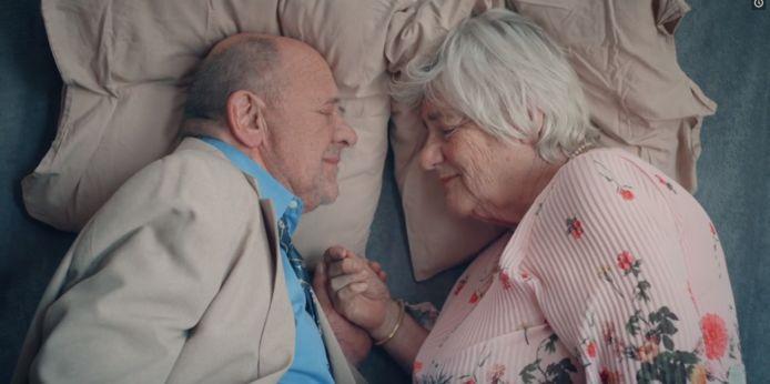 Scène uit 'En ik van jou', met Frits Lambrechts en Nelly Frijda.