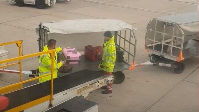 Vrouw filmt hoe mannen met haar bagage gooien op vliegveld
