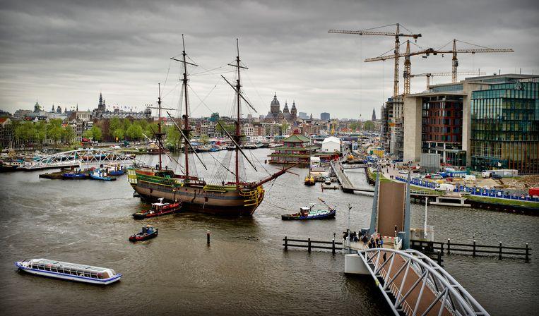 Het VOC-schip De Amsterdam bij het Scheepvaartmuseum. Beeld ANP