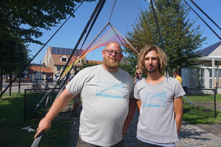 Zoro Feigl (rechts) en Oscar Peters bij het kunstwerk Stringularity in Leffinge