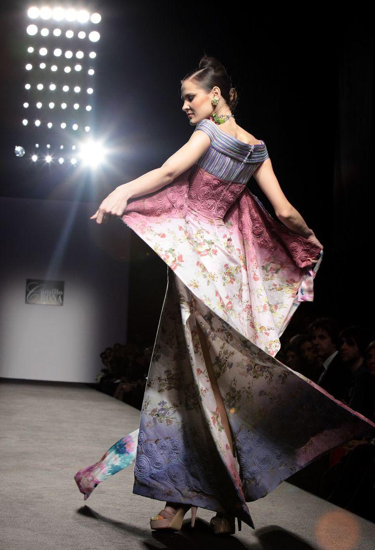 691a1d8c3eeef7 Camillo Bona toont lange jurken met sierlijke details