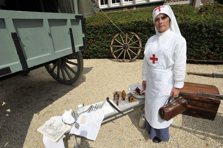 Pascale van het Rode Kruis bij haar materiaal.