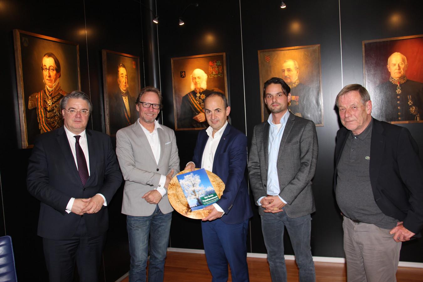 Het Grote Populierenboek werd maandag overhandigd aan Commissaris van de Koning Wim van de Donk.