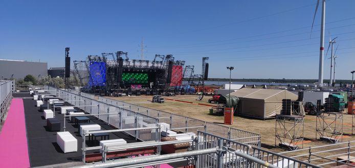 De Main Stage ziet er klaar uit voor Cardi B (nummer 3 op de legende).