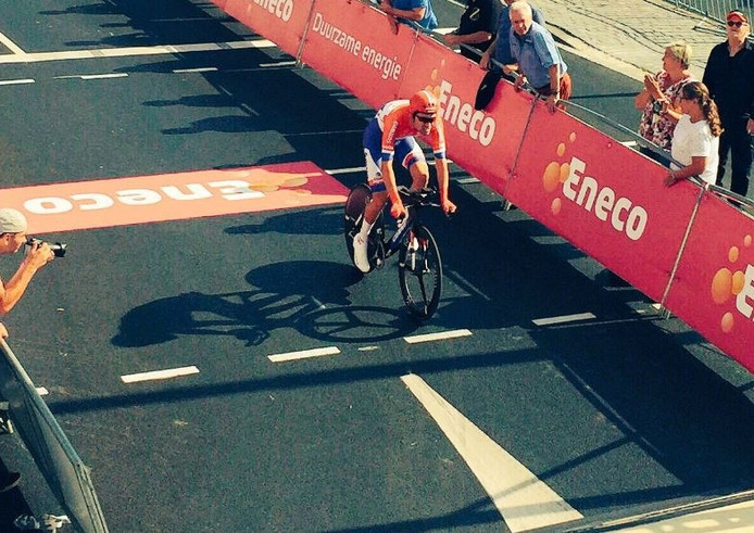 Tom Dumoulin komt over de finish.