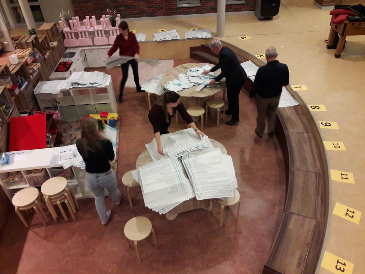 Stembureau Starrebos sorteert de biljetten voor Provinciale Staten