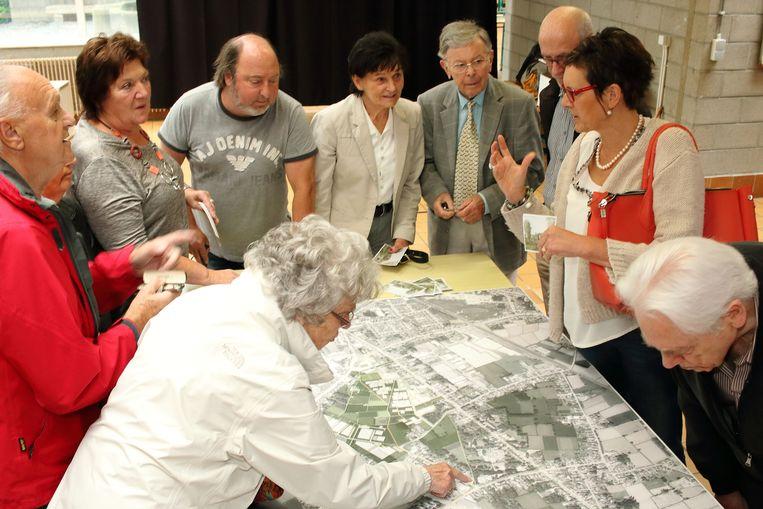 Buurtbewoners bekijken de plannen en luisteren naar de toelichting van schepen Christel Geerts.