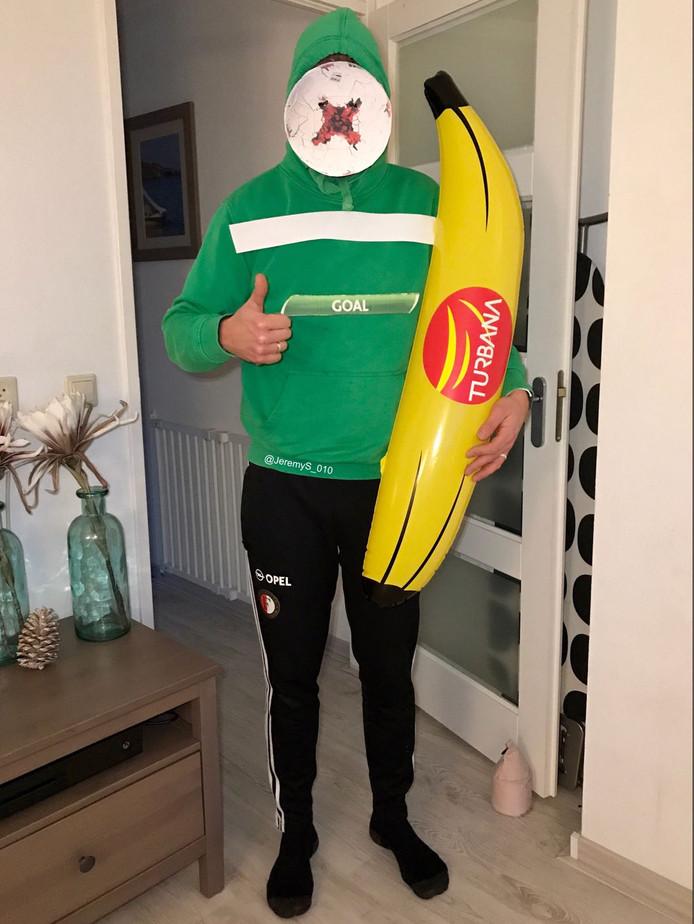 Jeremy Schippers flanste zelf dit actuele carnavalskostuum in elkaar. De opblaasbare banaan hoort er eigenlijk niet bij. 'Die had ik nog over van de wedstrijd.'