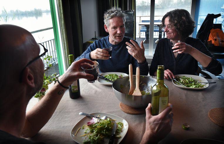 Veel Nederlanders drinken dagelijks een glaasje rode wijn bij het eten. Beeld Marcel van den Bergh/de Volkskrant