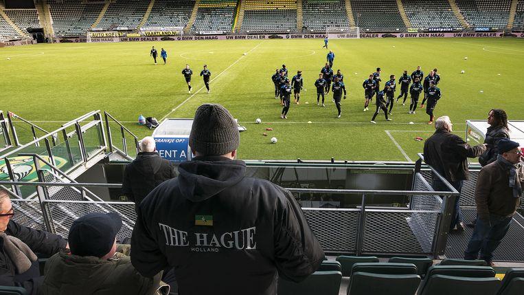De selectie van ADO Den Haag traint vrijdag in het stadion. Beeld