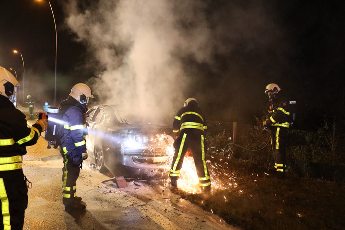 Auto in brand op N261 bij Loon op Zand.