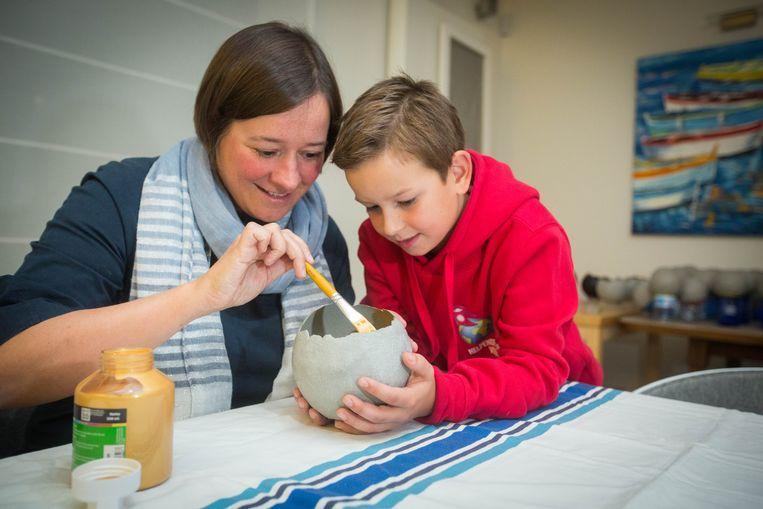 Louis Boosten maakt samen met zijn mama Caroline Lambrechts kaarsen voor Nepal.
