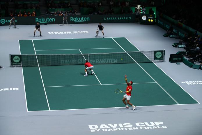 Rafael Nadal serveert tegen de Britten Jamie Murray en Neal Skupski.
