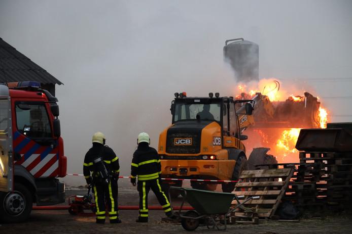 De brandweer blust na.