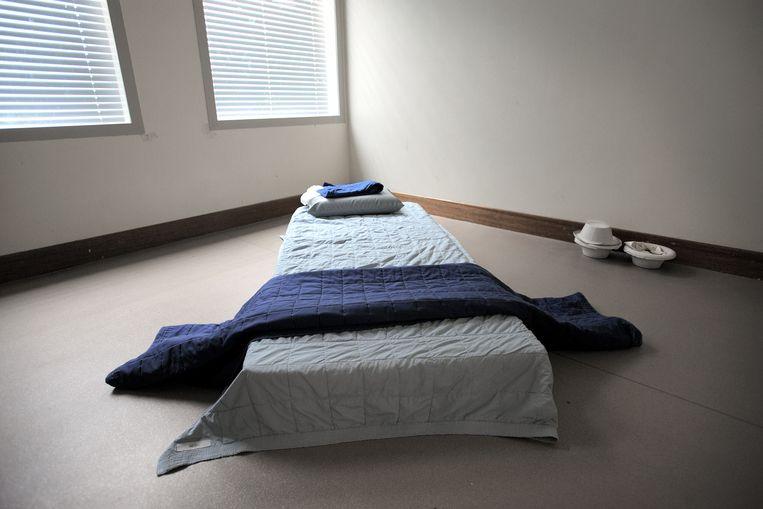 Een isoleercel in het Sociaal Psychiatrische Diensten Centrum in Amsterdam.  Beeld Joost van den Broek