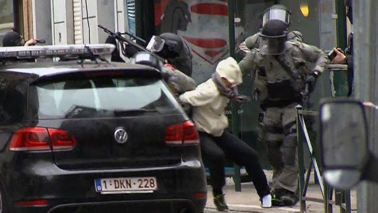 Na een zoektocht van vier maanden wordt in maart Salah Abdeslam opgepakt in de Brusselse wijk Molenbeek. Beeld ap