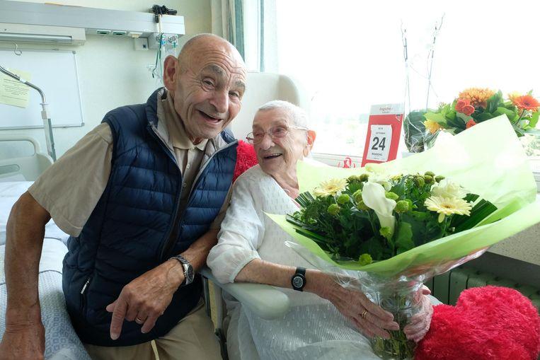 Jeanneke (94) mag haar Louis (78) nu eindelijk haar 'echtgenoot' noemen. In het Jan Palfijnziekenhuis is iedereen alvast dolenthousiast voor het verliefde koppel.