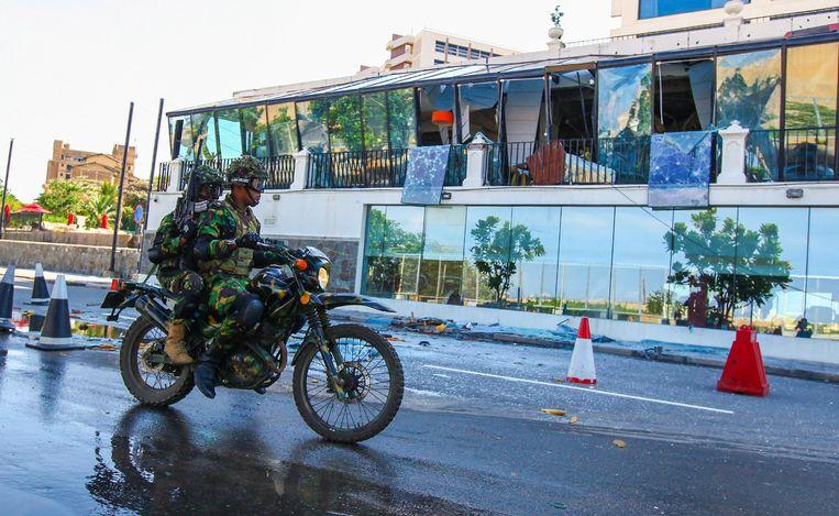 Veiligheidstroepen houden hotel The Kingsbury in de gaten. Ook hier blies een terrorist zichzelf op. Beeld Photo News