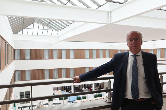 Saxenburgh-voorzitter Wouter van der Kam op de bovenste verdieping rondom het atrium, de centrale hal.
