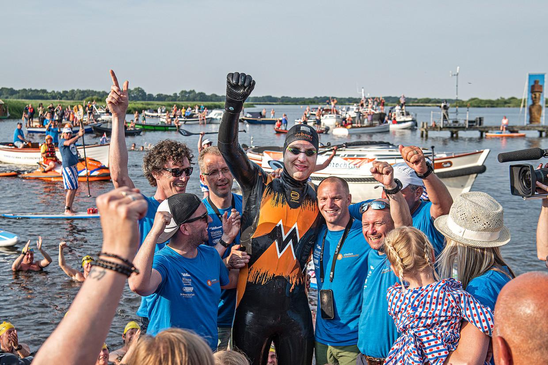 Van der Weijden heeft het volbracht,  zijn Elfstedentocht, overal aangemoedigd door duizenden Nederlanders.  Beeld Guus Dubbelman / de Volkskrant