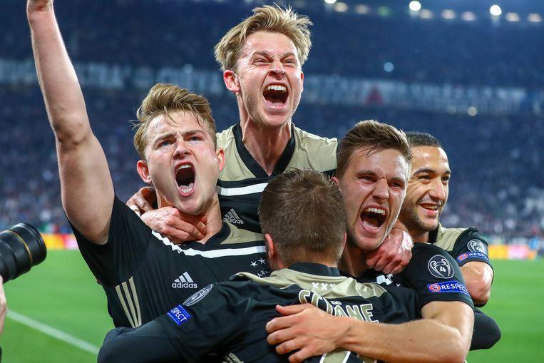 Ajax-spelers vieren Matthijs de Ligt, Frenkie de Jong, Lasse Schöne, Joel Veltman en Hakim Ziyech in de gewonnen kwartfinale van de Champions League tegen Juventus. Beeld BSR Agency