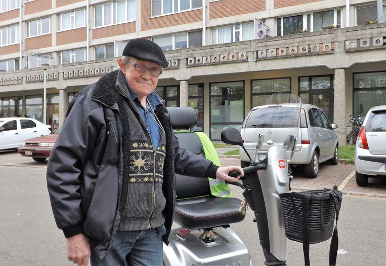 Leopold en zijn scooter, die hij nergens kan stallen of opladen.