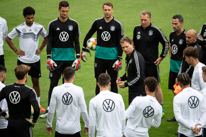 Interim-coach Marcus Sorg instrueert de spelers van Duitsland in de aanloop naar de wedstrijd tegen Estland.