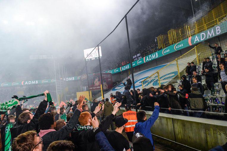 Cerclesupporters op het voetbalveld en Beerschotfans provoceren elkaar na de wedstrijd.