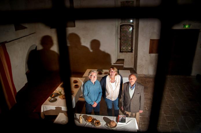 In deze ridderzaal van kasteel Hernen werd een groot aantal scènes van de legendarische televisieserie Floris opgenomen. V.l.n.r. Bert Beuving (vrijwilliger kasteel Hernen), Tatiana Klinkert (manager kasteel Hernen) en Tien van Duifhuizen (maakte het allemaal mee).