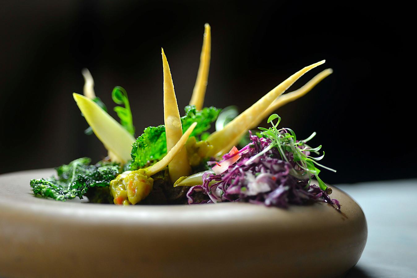 Het voorgerecht van chef-kok Jonnie Boer van De Librije in Zwolle: hazenpeper met Hollandse atjar.
