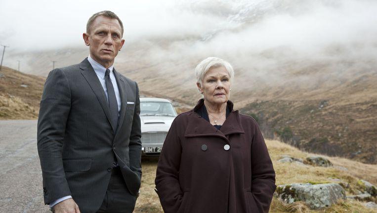 James Bond en zijn baas M in de James Bondfilm Skyfall. Beeld null