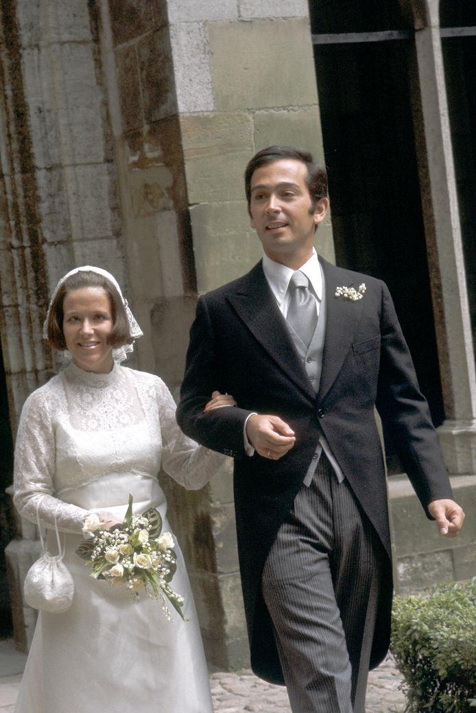 Na de huwelijksinzegening verlaten prinses Christina en Jorge Guillermo de Domkerk in Utrecht.