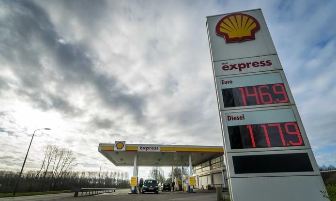 De vraag naar benzine is fors teruggelopen, ondanks de lage prijzen.