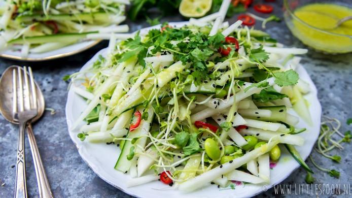 Salade met koolrabi komkommer sojaboontjes en wasabidressing