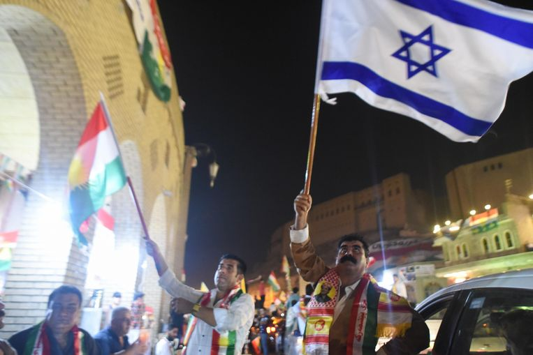 Iraakse Koerden vieren het referendum met een Israëlische vlag in de hoofdstad van hun autonome regio, Erbil. Israël is het enige land dat zijn steun betuigde aan de Koerden.
