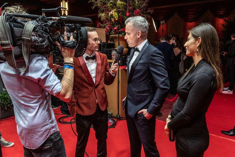 Ook VTM-sportjournalist Maarten Breckx en zijn vrouw  Lies Vandenberghe moeten halt houden voor een interview.