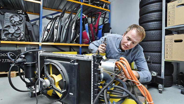 Tim de Lange in zijn werkplaats: 'Zo'n zware Model S met 500pk is het paard achter de wagen spannen.' Beeld Guus Dubbelman
