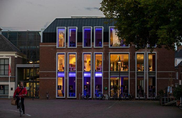 Het stadhuis van Wageningen is blauw verlicht in verband met 75 jaar Verenigde Naties.