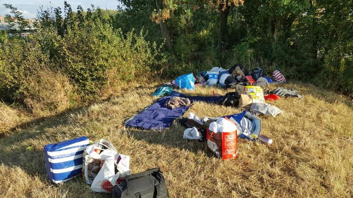 De beliebers gaan nu de nacht doorbrengen op de grasstrook naast GelreDome.