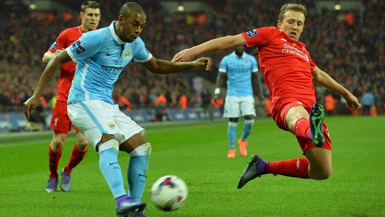 Danny Care (Liverpool) blokt de bal van Braziliaan Fernando (Manchester City). Beeld afp