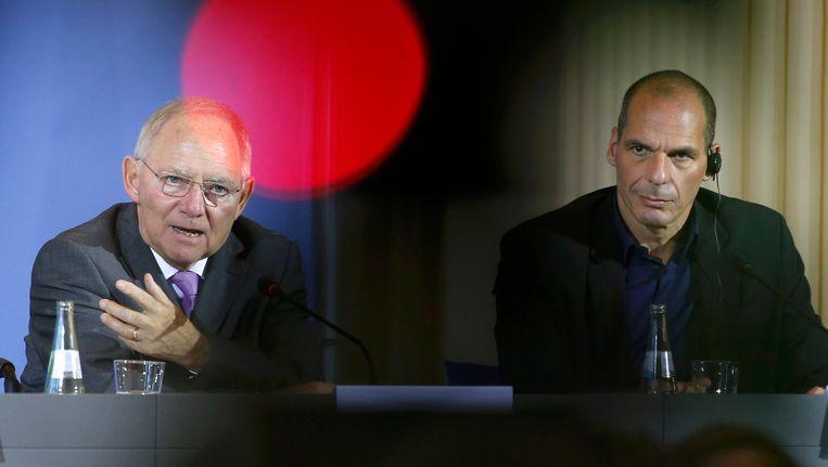 De Duitse minister van Financiën Wolfgang Schäuble (l) met zijn Griekse collega Yanis Varoufakis.