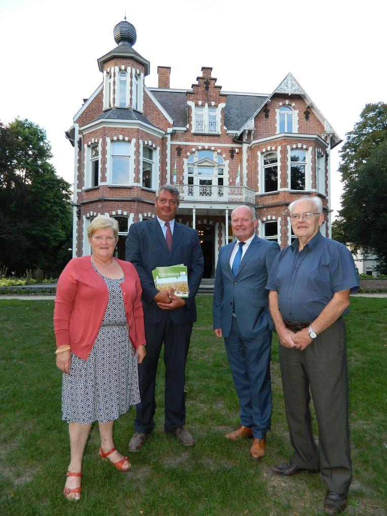 Odette Van Hamme, Peter Geirnaert, burgemeester Koen Loete en Freddy Depuydt van Resoc en de stad, verlaten nu ook het Heldenkasteel.