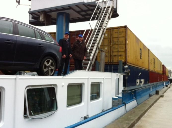 Henk en Harrie van Berkel, de grondleggers van de Van Berkel Groep dat eigenaar is van de terminal, gingen mee op de eerste vaart van het klasse IV-schip.