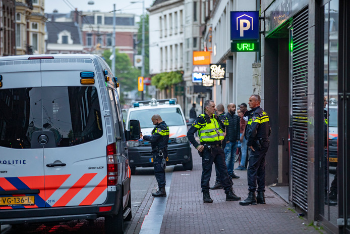 De politie ter plaatse bij de parkeergarage in Amsterdam, vanochtend.