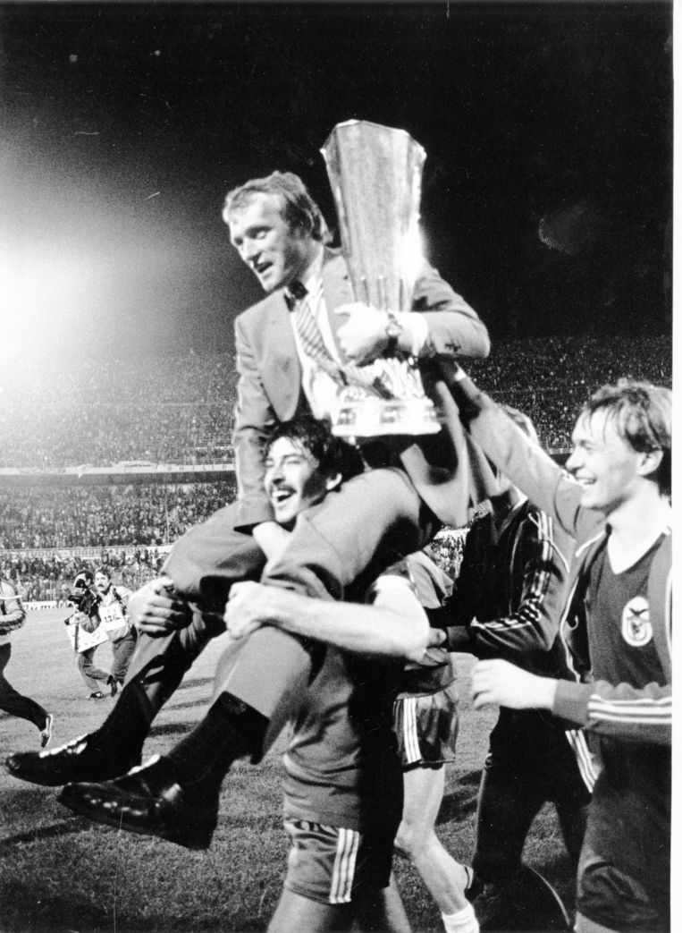 Trainer Van Himst op de schouders van Michel De Groote na het winnen van de UEFA CUP in 1983.