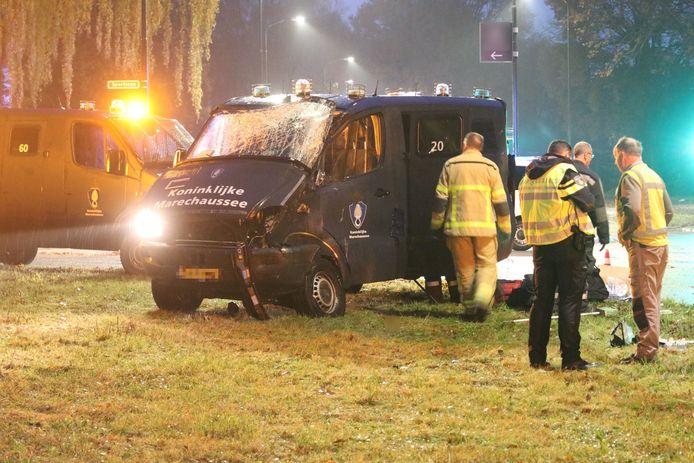De bus van de Koninklijke Marrechausse is zwaar beschadigd geraakt.